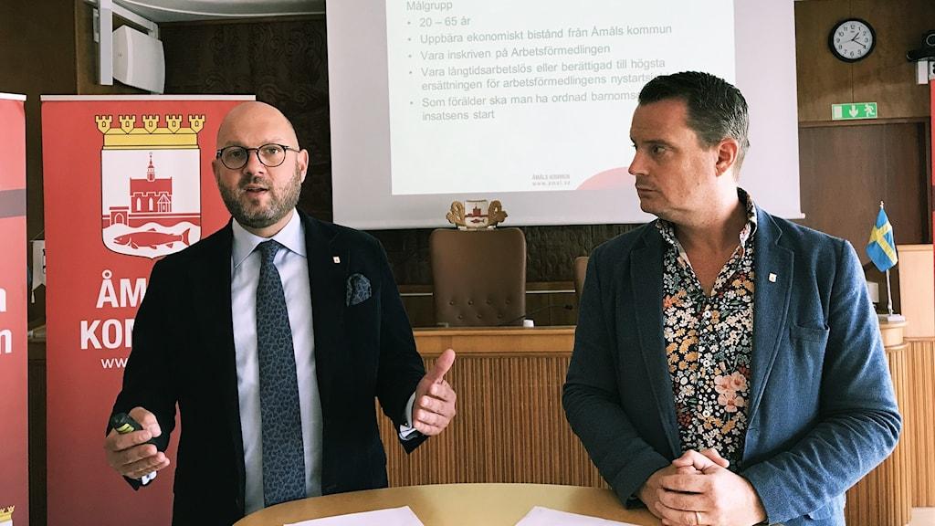 Kommunchef Anders Sandén och kommunalråd Michael Karlsson(s) presenterar en stor satsning på att  minska arbetslösheten i Åmål.