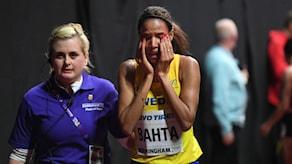Meraf Bahta otröstlig efter att ha fallit under sitt heat på 1500m under friidrotts-VM inomhus i Birmingham.