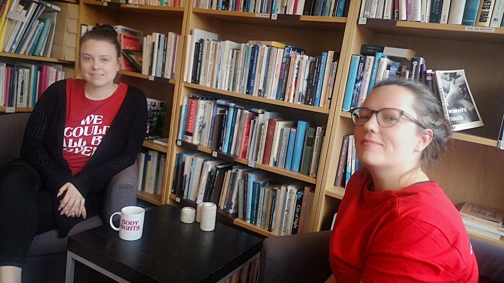 IdaSofia Bogren och Filippa Eckert från RFSU Göteborg sitter på sitt kontor.