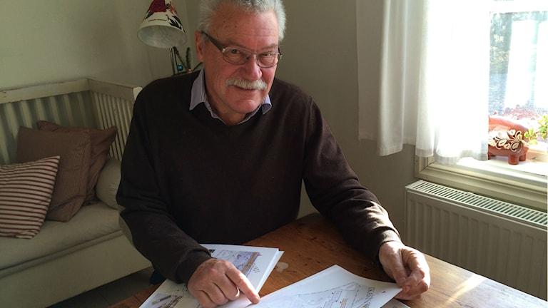 Klas Häggström (L) läser handlingarna till onsdagens kommfullmäktigemöte. Foto: