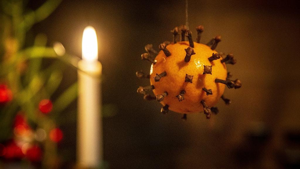 Apelsin med nejlikor som ser ut som en coronapartikel.