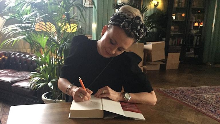 Författaren Camilla Läckberg signerar en bok