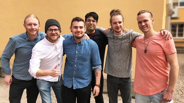 Linus Kristiansson, Eric Klintenberg, David Medina, Sebastian Veliz, Mikael Mannsheimer och Samuel May utgör bandet Human and I.