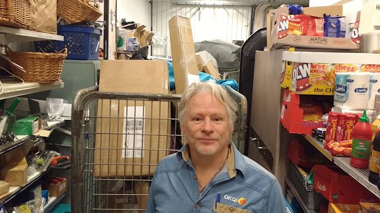 Mikael Olsson och en del av dagens paketleverans