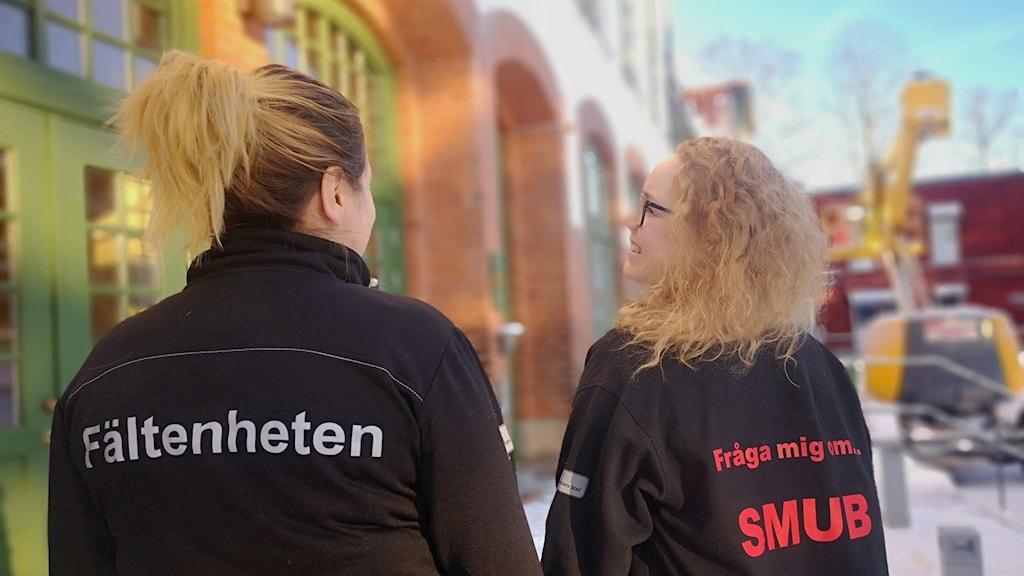 Catarina Lundquist och Åsa Persson framför familjehuset
