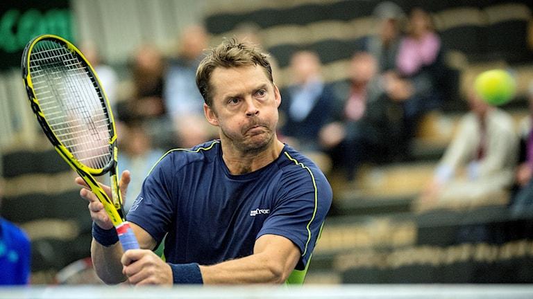 Tennisproffset Johan Brunström i aktion på banan. Nu berättar han om hoten som han drabbats av efter matcher.