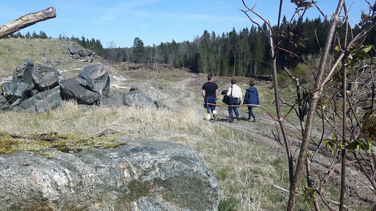 Lindvedens deponi tre människor går i bakgrunden