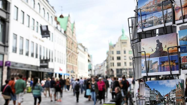 Vykortsställ och flanörer på Köpenhamns kända gågata Strøget.