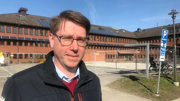Andreas Knutsson, förvaltningschef utanför kommunhuset i Vänersborg.