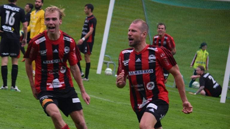 Fotbollsspelarna Anton Henriksson och Jonas Henriksson i Grebbestad jublar efter ett av sina mål.