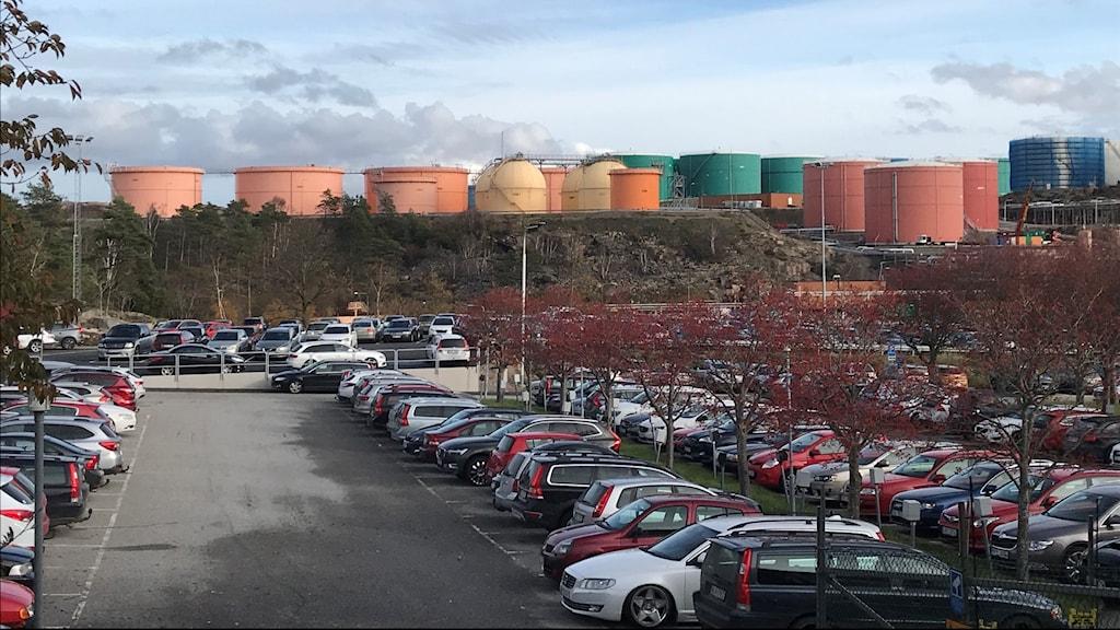 Massor av bilar på personalparkeringen på Preemraff i Lysekil.