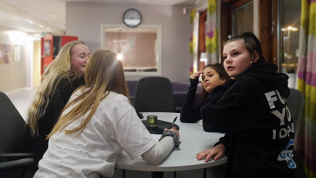 Ungdomar på fritidsgården V-huset berättar om frågeappen Tellonym.