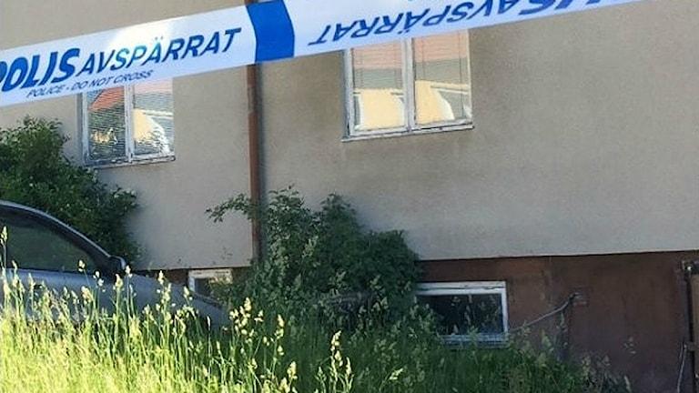 Polisen avspärrningsband utanför ett lägenhetshus i Åmål