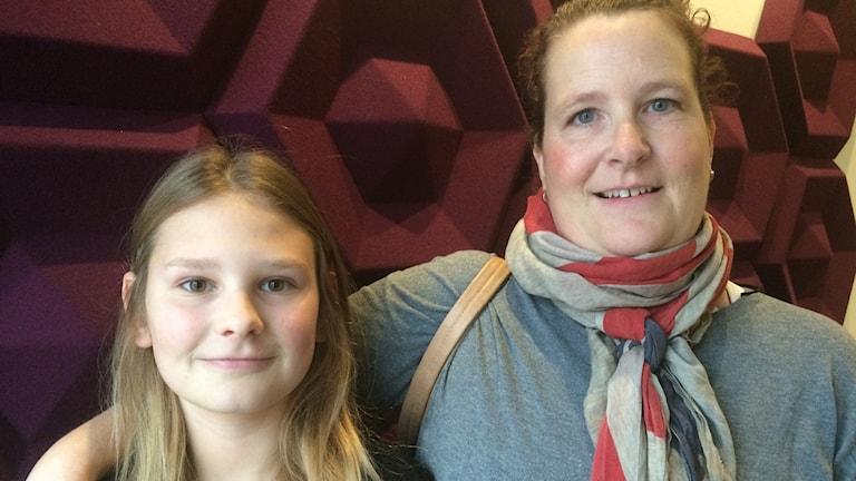 Viktoria föddes som Viktor. Här med sin mamma Anna Harrysson. Foto: Julia Forsberg