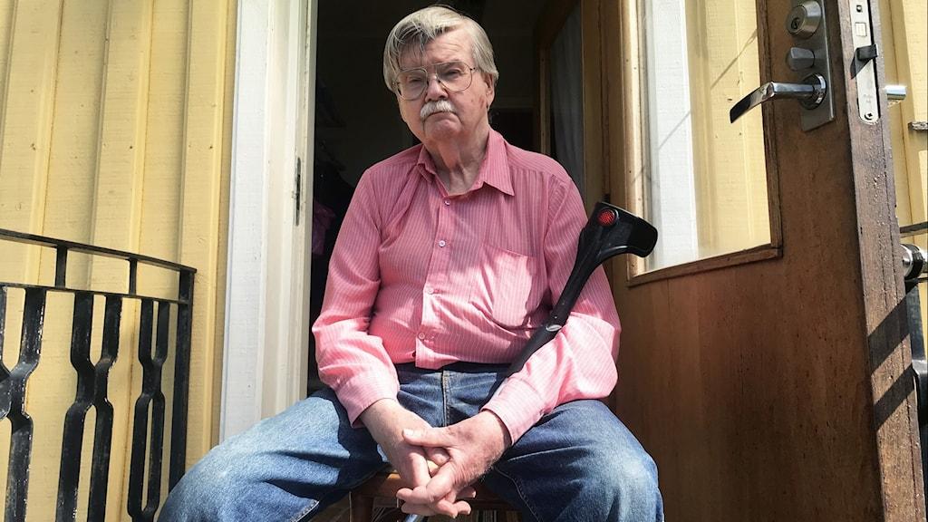Vincent som sitter på sin trapp till det gula trähuset.