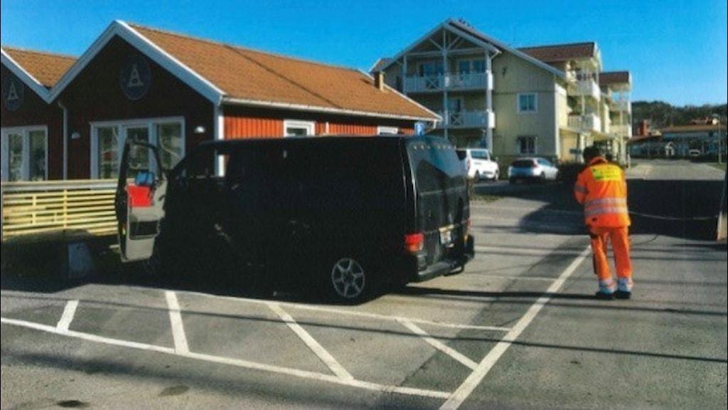 Svart minibuss på parkering i Hamburgsund
