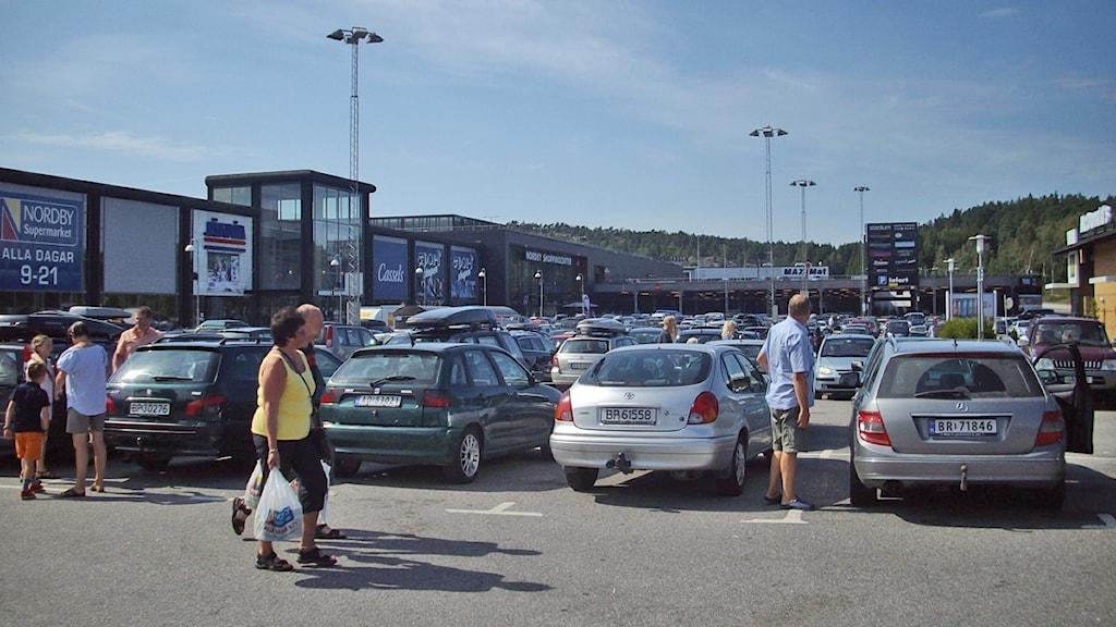 Parkeringen och kunder på Nordby köpcenter norr om Strömstad. Foto: Skoob Salihi/P4 Väst.