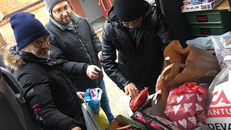 Youssef Ajaj och Misbah Hussain Qasimi från Support Group fick ett styvt jobb med att ta hand om alla gåvor som kom från P4 Västs lyssnare.