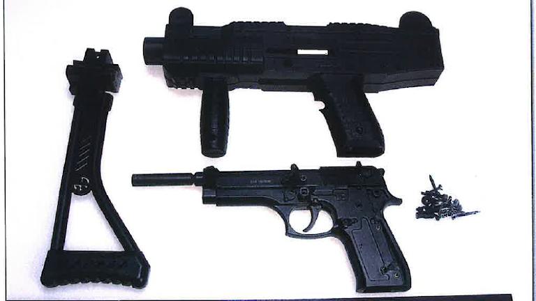 Bild av flera vapen från polisens förundersökning