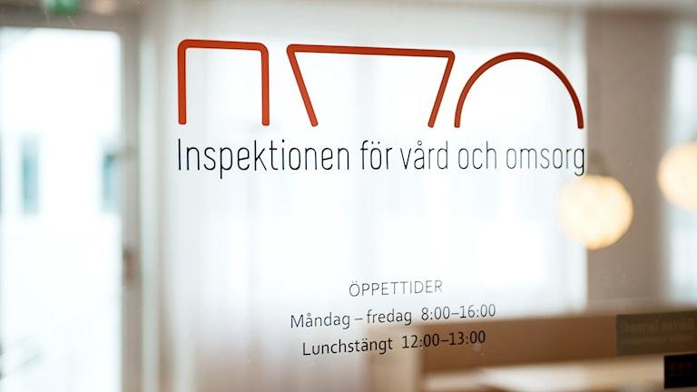 Logotyp på en dörr till Inspektionen för vård och omsorg.