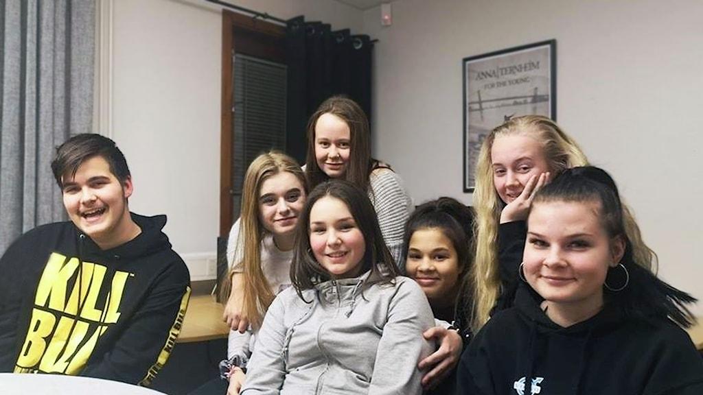Unga på V-huset i Trollhättan sitter i grupp
