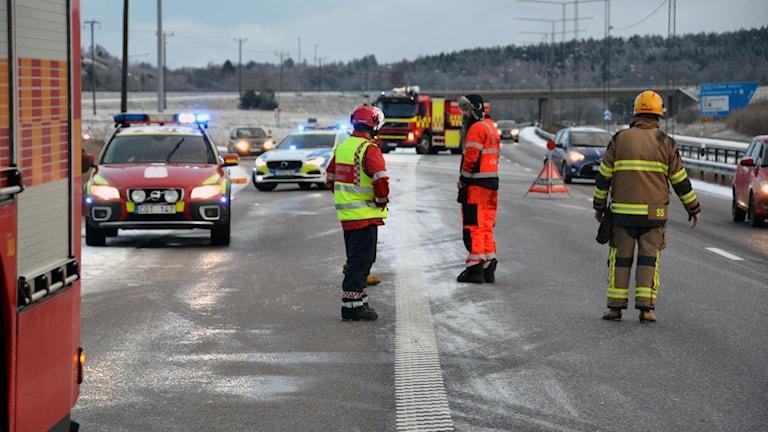Räddningspersonal på E6 efter halkolyckor.