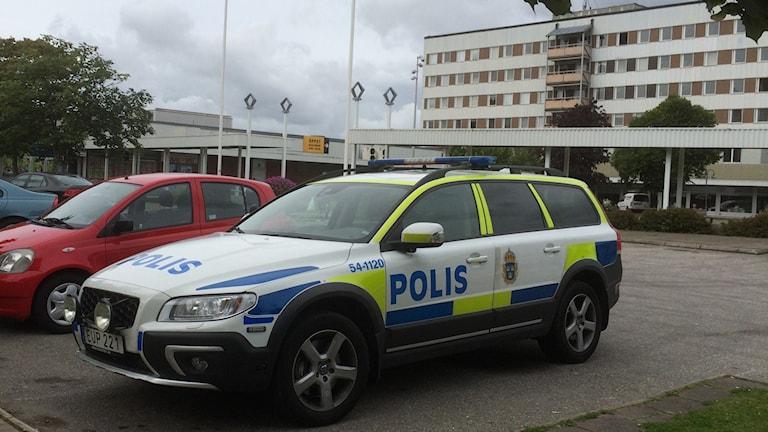Polisbil på Kronogårdstorget i Trollhättan.