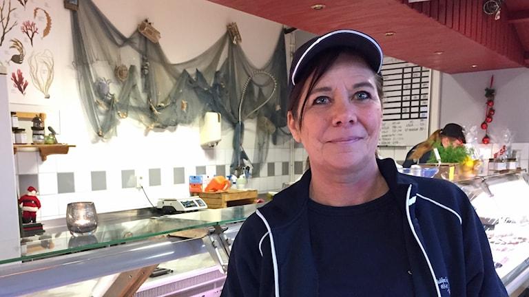 Maya Lindström på sitt arbete i en fiskaffär. Foto: Lasse Sergård/Sveriges Radio
