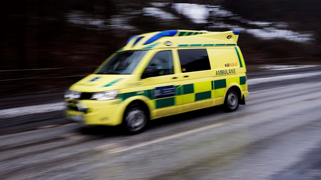 En ambulans i full fart på motorväg. Foto: Vilhelm Stokstad/TT