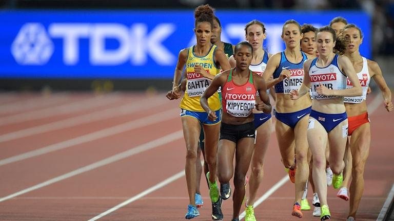 Mehraf Bahta tätt bakom segraren Faith Kipyegon.