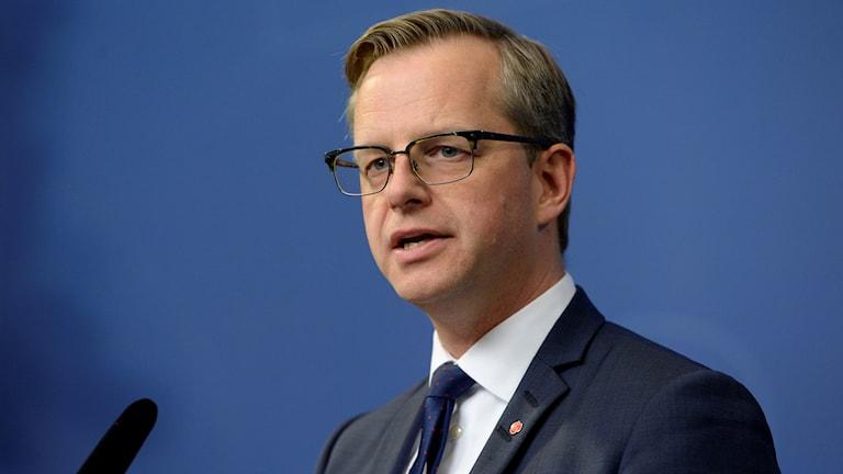 Mikael Damberg, näringsminister, framför en mikrofon.