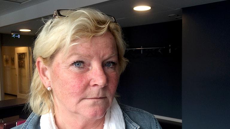 Porträttbild av Carin Ramneskär med glasögon i håret. Foto: Julia Forsberg /Sveriges Radio P4 Väst