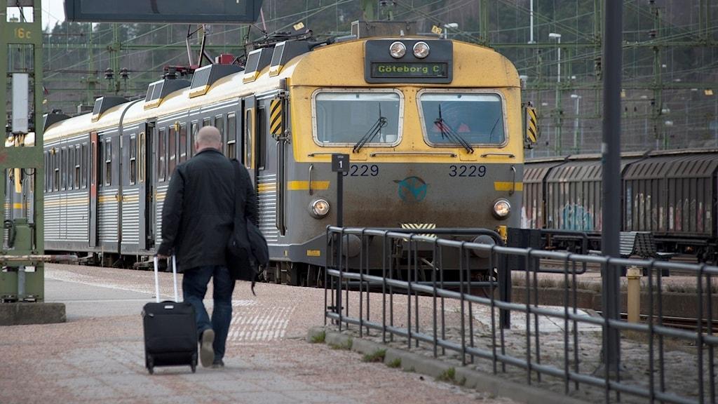 En man vid Uddevalla station på väg till tåget mot Göteborg. Foto: Julia Forsberg/Sveriges Radio