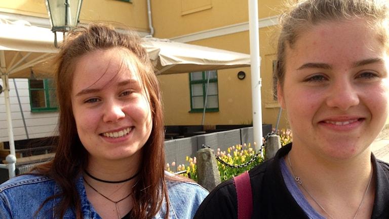 Jonna Hansson och Alma Hultén vill flytta från Uddevalla kommun men kanske flyttar de tillbaka någon gång.