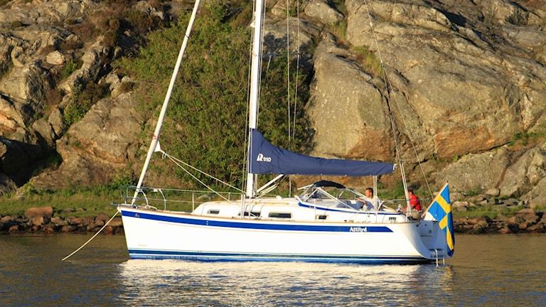Segelbåt vid klippa