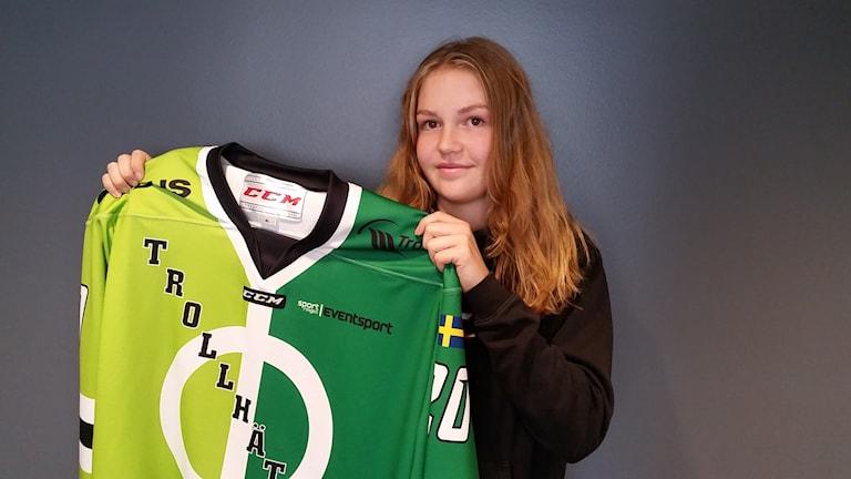 Maja Svensson håller upp en ishockeytröja.