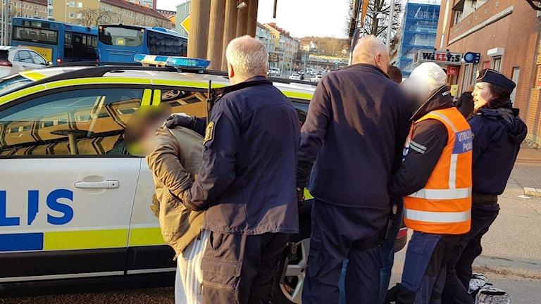 Två unga män greps av polis