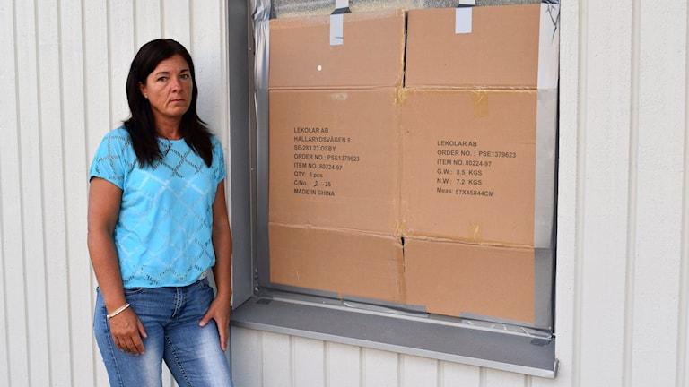 Barnskötaren Helen Hassellöv vid den krossade rutan på nybyggda Solhagens förskola.