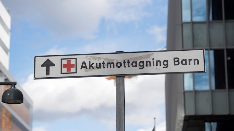 """En bild av en skylt där det står """"akutmottagning barn"""""""