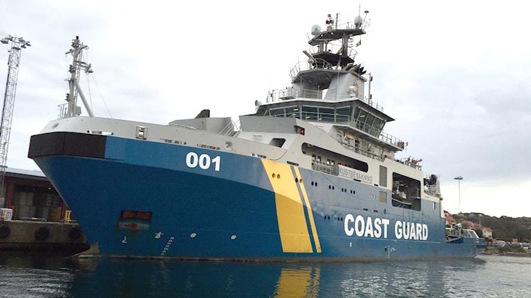 Kustbevakningens fartyg 001 sett från havet. Foto: Victor Jensen