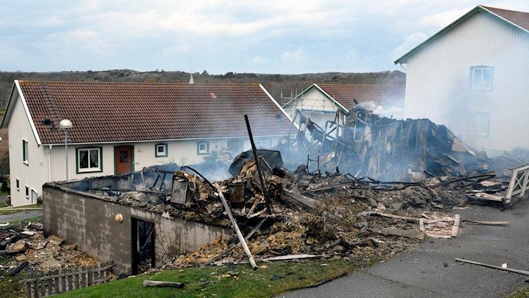 Brandrester efter ett lägenhetshus i Hälleviksstrand.