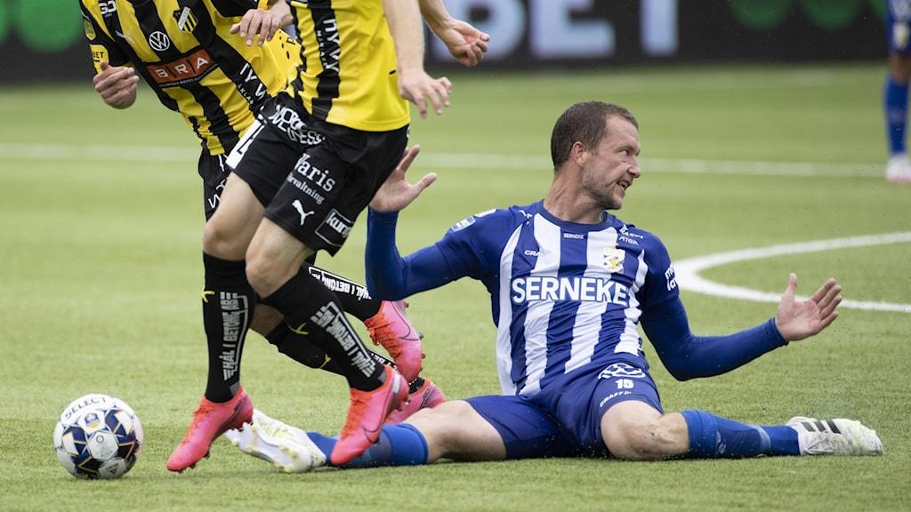 Bild på fotbollsspelaren Jakob Johansson i IFK Göteborg, sittandes på fotbollsplanen.