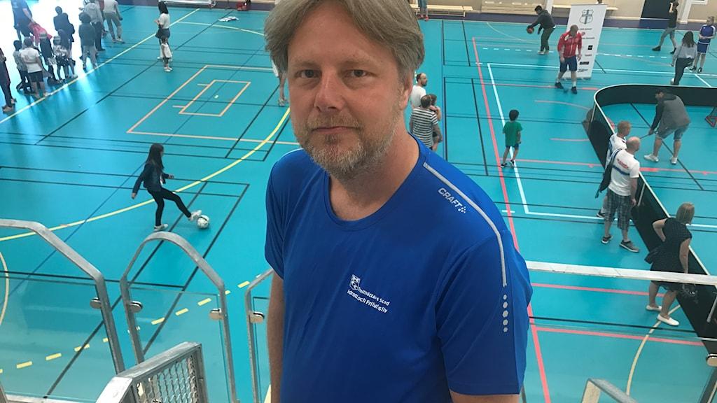 Niklas Laihanen är hallföreståndare i Trollhättans Stad. Här är han på plats i den nya Syltehallen.