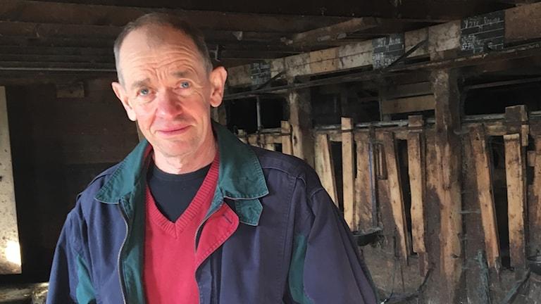 Rune Andersson i ladugården som nu står tom.