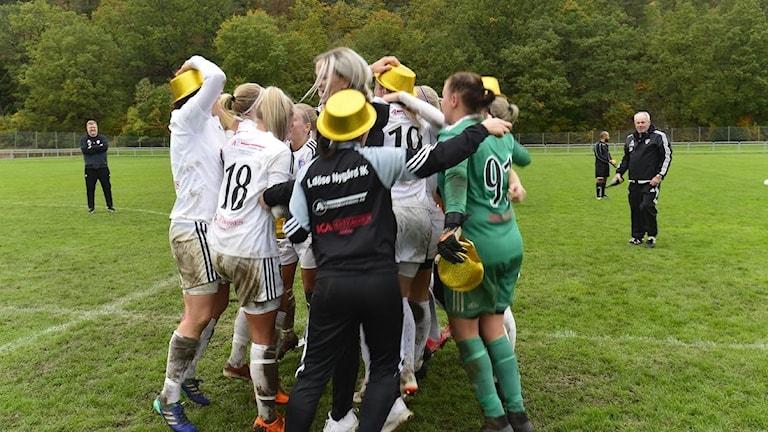 Spelarna i Lödöse/Nygård firar efter sista seriematchen med guldhattar och allt.