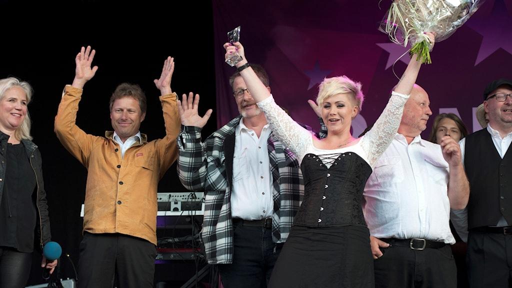 Anna and The Moonshiners lyckliga vinnare på scen.