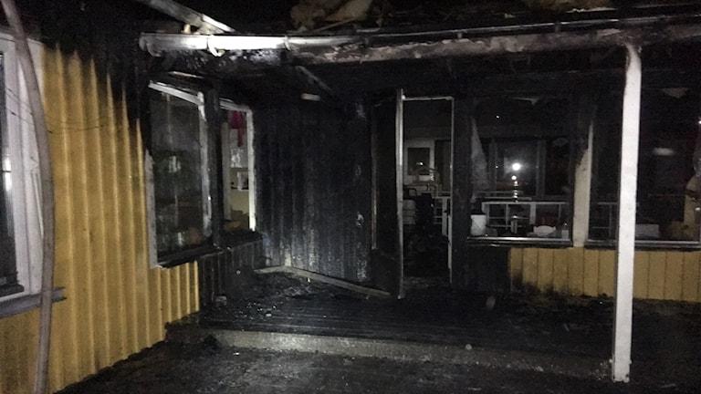 Bild av väldigt brandskadad entré på Myggans förskola i Trollhättan.