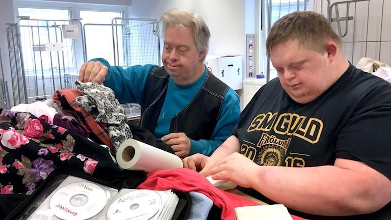 Mats-Erik Karlsson och Erik Pettersson har båda Downs syndrom och jobbar på Blåställets loppis.