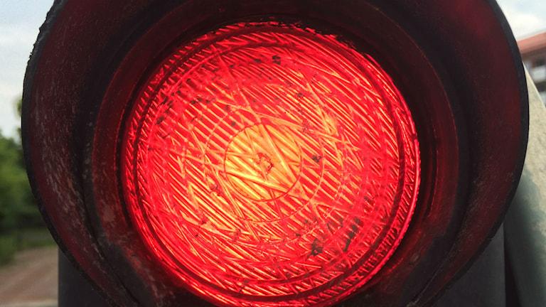 Bild på trafikljus som lyser rött.