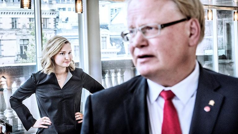 Bild på försvarsminister Peter Hultvist och med Kristdemokraternas partiledare, Ebba Busch Thor i bakgrunden.